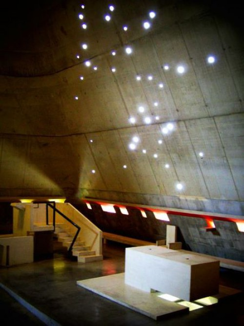 le-corbusier-az-oltar-es-az-orion-450px-constellation_d-orion_eglise_saint_pierre.jpg